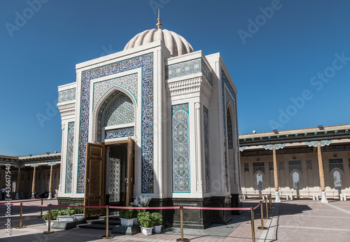 Fototapeta Hazret-Khizr mosque with the mausoleum of the first President of the Republic of Uzbekistan Islam Karimov