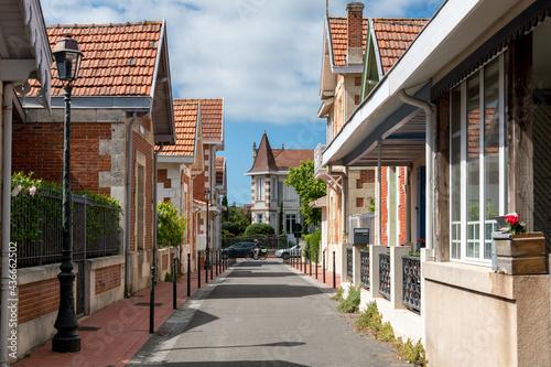 Fényképezés SOULAC, dans le Médoc (Gironde, France), ruelle et villas typiques