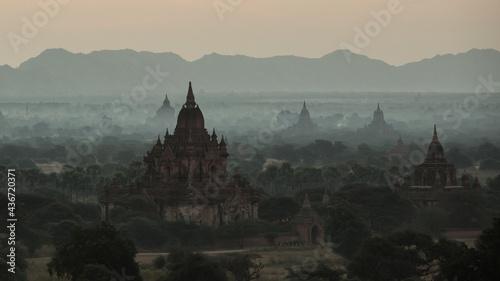 Fotografia Sunrise over pagodas in Bagan, Myanmar.