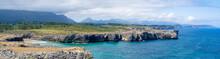 Paisaje Panorámico De Los Bufones De Pría En Asturias, España, Verano De 2020. Con Las Vistas De Los Acantilados Pedregosos Y El Mar Con Aguas Azules Y Aguamarina.