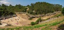 Vistas Panorámicas De Gente Tomando El Sol En La Playa De Guadamia, Rodeada De Vegetación Verde, En Las Vacaciones De Verano De 2020 En Asturias, Norte De España.