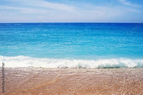 Photo Sea pebble beach against the sky. Beach and sea. Seascape