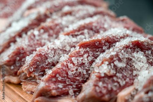 Valokuvatapetti Pedaços de picanha fatiados e temperados com sal grosso para churrasco