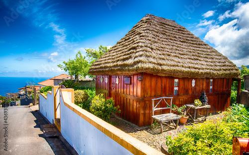 Fototapeta Madeira - Altes Holzhaus