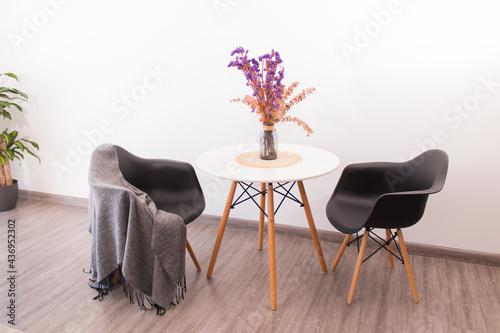 Fotografiet Decoración minimalista al estilo nórdico con naturaleza muerta y flores sobre me