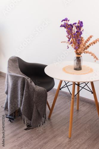 Decoración minimalista al estilo nórdico con naturaleza muerta y flores sobre me Fototapet
