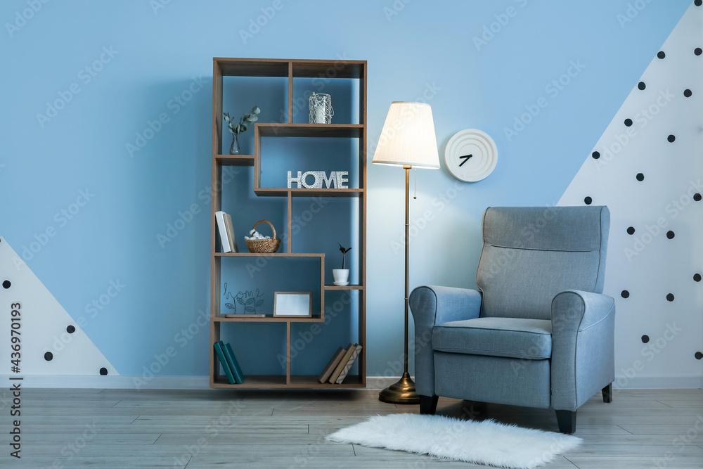 Leinwandbild Motiv - Pixel-Shot : Glowing lamp with armchair and book shelf near color wall