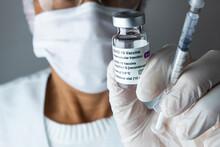 Médica Segurando Frasco Da Vacina Covid-19