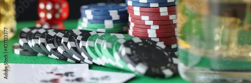 Billede på lærred On table are chips for casino cards and glass of alcohol
