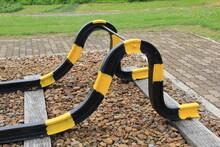 大きく曲げて黄色と黒に塗装された線路の端部