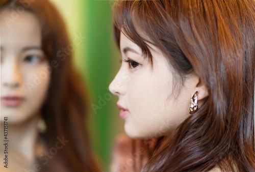 見つめる 若い女性 鏡 Fototapeta