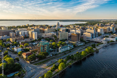 Foto Aerial view of Madison city downtown at sunset