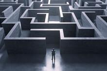 巨大な迷路と立ちすくむビジネスマンの3Dレンダリンググラフィックス / ビジネスの難題・果てしない試行錯誤・困難な道のりのコンセプトイメージ
