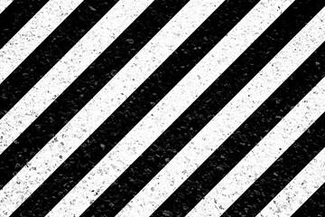 Bandes obliques blanches sur asphalte