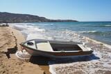 Fototapeta Fototapety z morzem do Twojej sypialni - Łódź na piaszczystej plaże przy falach, Kreta, Grecja