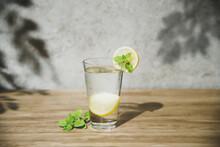 夏の木洩れ日とレモン水