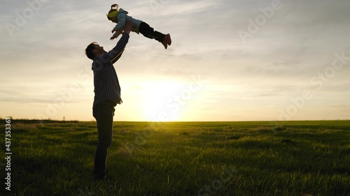 Canvastavla Dad throws his happy daughter into the blue sky in rays of sun