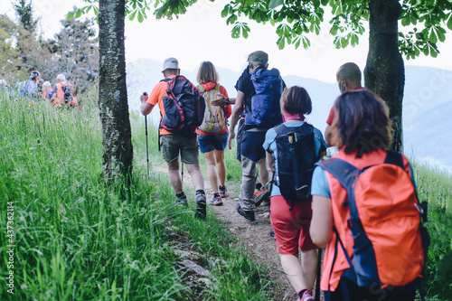 Photo Tourists on vacation during a naturalistic trip in the mountains