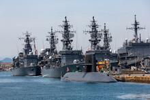 停泊中の海上自衛隊の護衛艦と潜水艦(呉・広島)