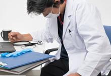 忙しすぎて疲れている中年男性医師