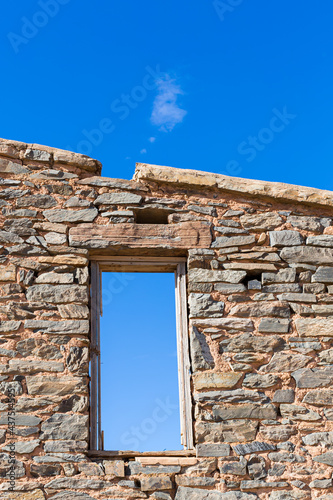 Fotografiet The ruins of the stone walls and window frame of a settlers homestead along the Oodnadatta track in outback South Australia