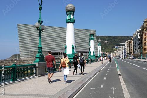 gente paseando por el puente del kursaal san sebastián donostia rio urumea país Fototapet