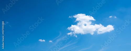 Fotografiet Biała chmura na tle błękitnego nieba. Header