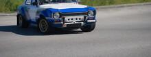 Carro Antigo Personalizado Com Alterações Desportivas De Tunning - Decoração Em Branco Azul E Dourado A Circular Na Via Publica