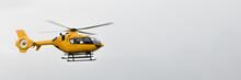 Ein  Gelber Hubschrauber Fliegt Vorbei