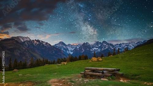 Widok Drogi Mlecznej i Tatr Wysokich z Rusinowej Polany w czerwcu