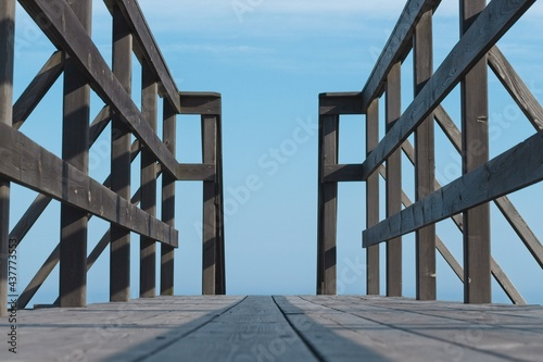 Fotografia Close-up of the wooden observation deck against the blue sky