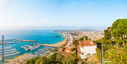 Panoramic view of the city of Blanes on the Costa Brava, on the left side of the image is the port, in the center is the island Sa Palomera and on the right side is the city Fotobehang