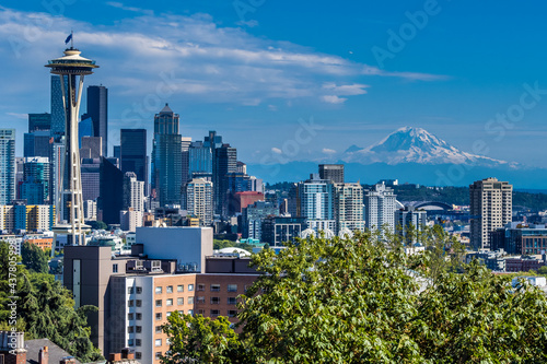 Fotografia The view of Seatlle and Mount Rainier from observation deck in Kerry Park