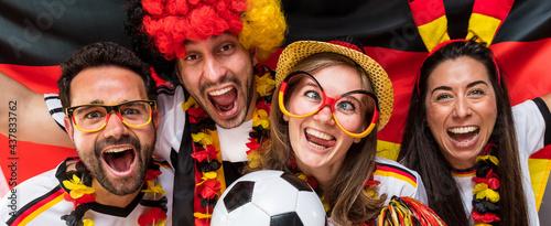 Fototapeta premium Gruppe glücklicher Fußballfans aus Deutschland feiern gemeinsam einen Meisterschaft Sieg.