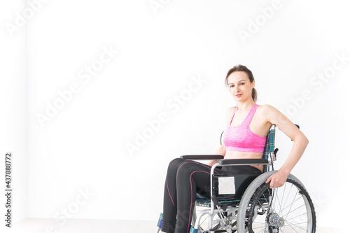 スポーツウェアを着て車椅子に乗る外国人の女性 Tapéta, Fotótapéta