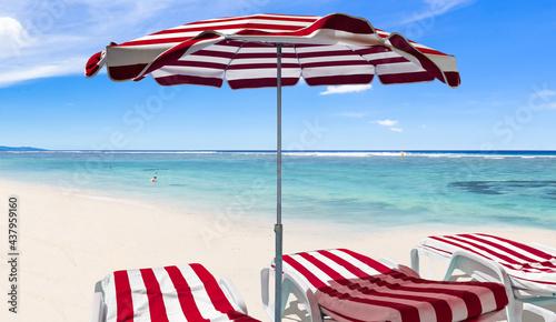 Fotografiet Transats et parasol sur plage paradisiaque de l'Hermitage, Saint-Gilles-les-Baon