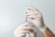 Médico Preparando Uma Seringa Com Vacina Em Primeiro Plano.