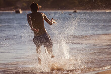 Le Skimboard Ou La Planche De Plage1 Est Un Sport De Glisse Qui Consiste à Surfer Sur Une Vague En Se Lançant De La Plage. Le Nom Vient Du Verbe Anglais To Skim (écumer, Frôler) Et De Board (planche)