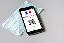 Passe Sanitaire Covid-19, Application En Vigueur Le 9 Juin 2021 En France. Téléphone Portable Et Masque.