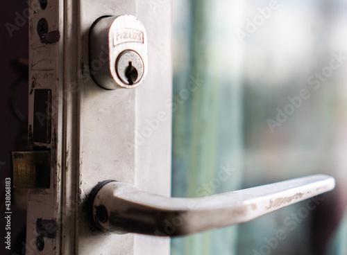Valokuva Llave en puerta blanca con vidrio limpio