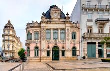 Largo Da Potagem Em Coimbra Com O Histórico Edifício Da Agência Do Banco De Portugal Em Coimbra.