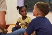 Zwei Kinder Im Internationalen Kindergarten
