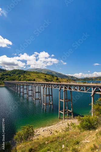 Fototapeta Bridge Ponte delle Stecche, Lago di Campotosto in National Park Gran Sasso e Mon