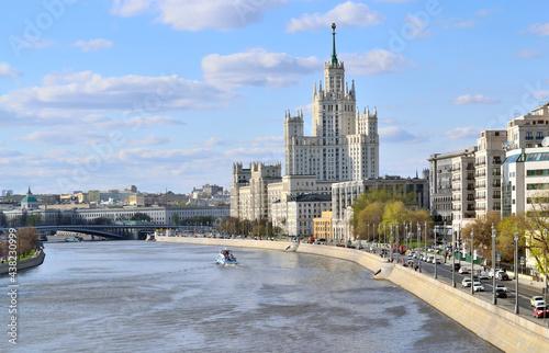 Fotografia Residential building, skyscraper, on Kotelnicheskaya embankment in Moscow