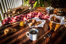 Mesa De Café Da Manhã Com Pães, Biscoitos E Geleia