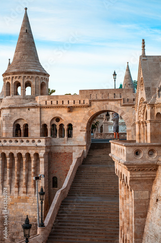 Foto Person enjoys view in Fisherman's Bastion in Budapest, Hungary