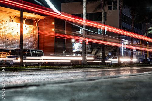 Foto long exposure with red lights, boulevard in cancun