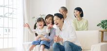 笑顔で団欒する三世代家族 ファミリーイメージ 二世帯住宅