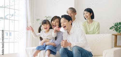 Fotografie, Tablou 笑顔で団欒する三世代家族 ファミリーイメージ 二世帯住宅