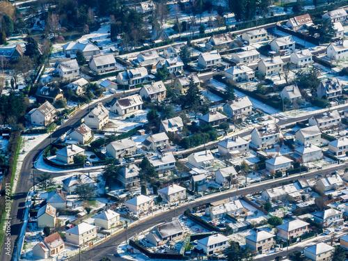 Fotografia, Obraz vue aérienne de la ville d'Ivry-la-Bataille sous la neige dans l'Eure-et-Loir en